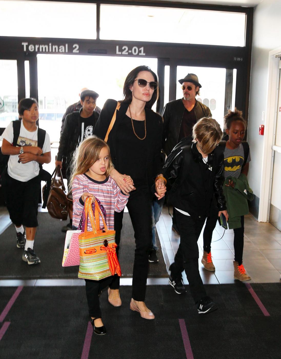Angelina Jolie e Brad Pitt all'aeroporto con i figli FOTO 14