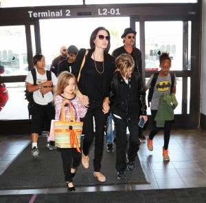 Angelina Jolie e Brad Pitt all'aeroporto con i figli FOTO 18