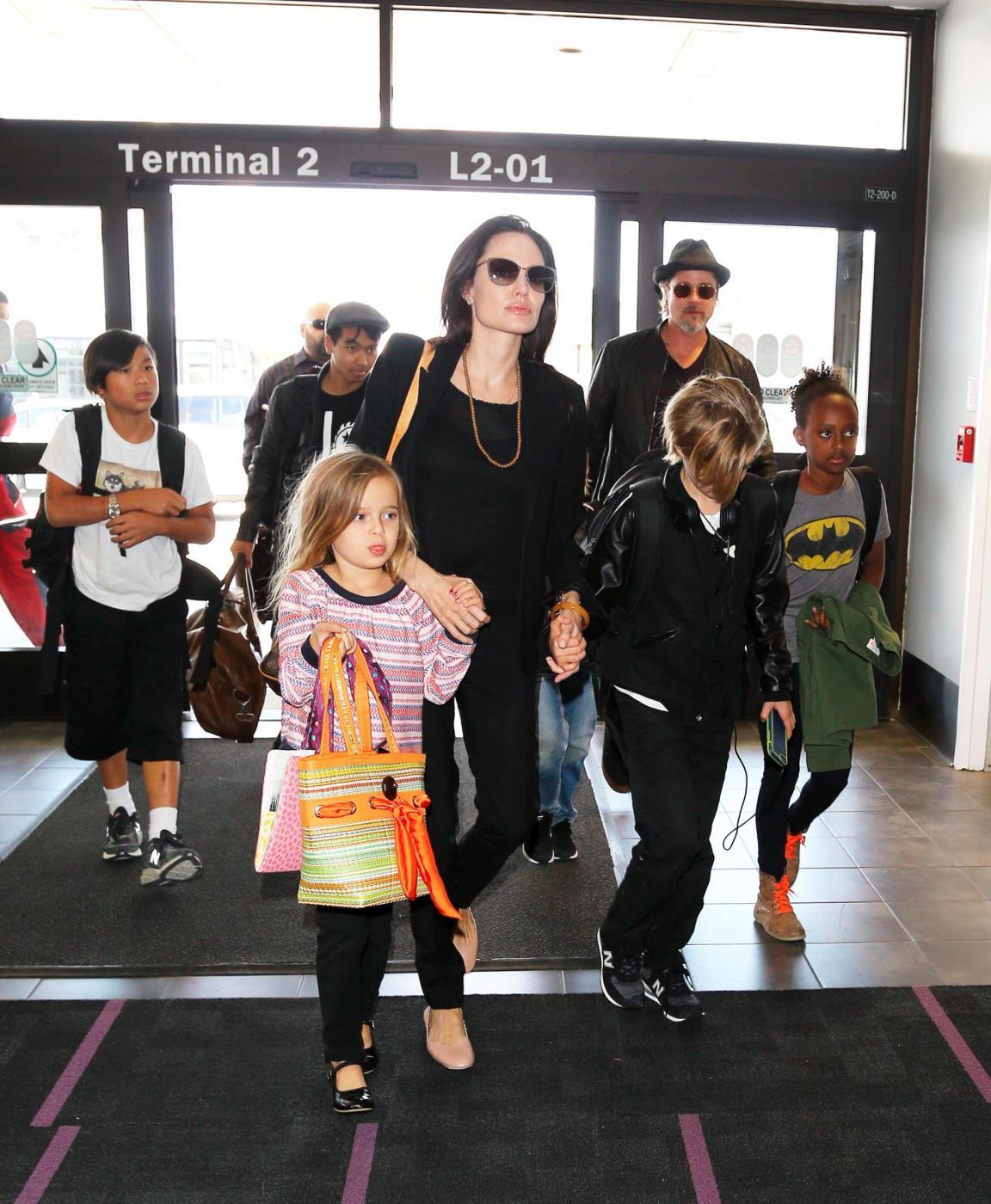 Angelina Jolie e Brad Pitt all'aeroporto con i figli FOTO 19