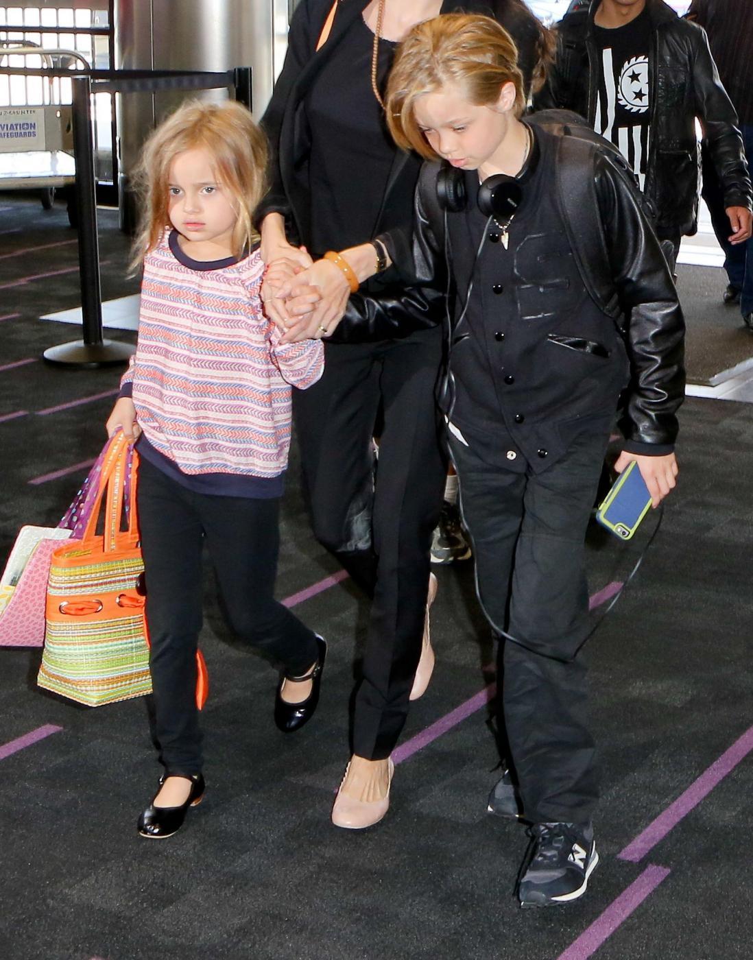 Angelina Jolie e Brad Pitt all'aeroporto con i figli FOTO 20