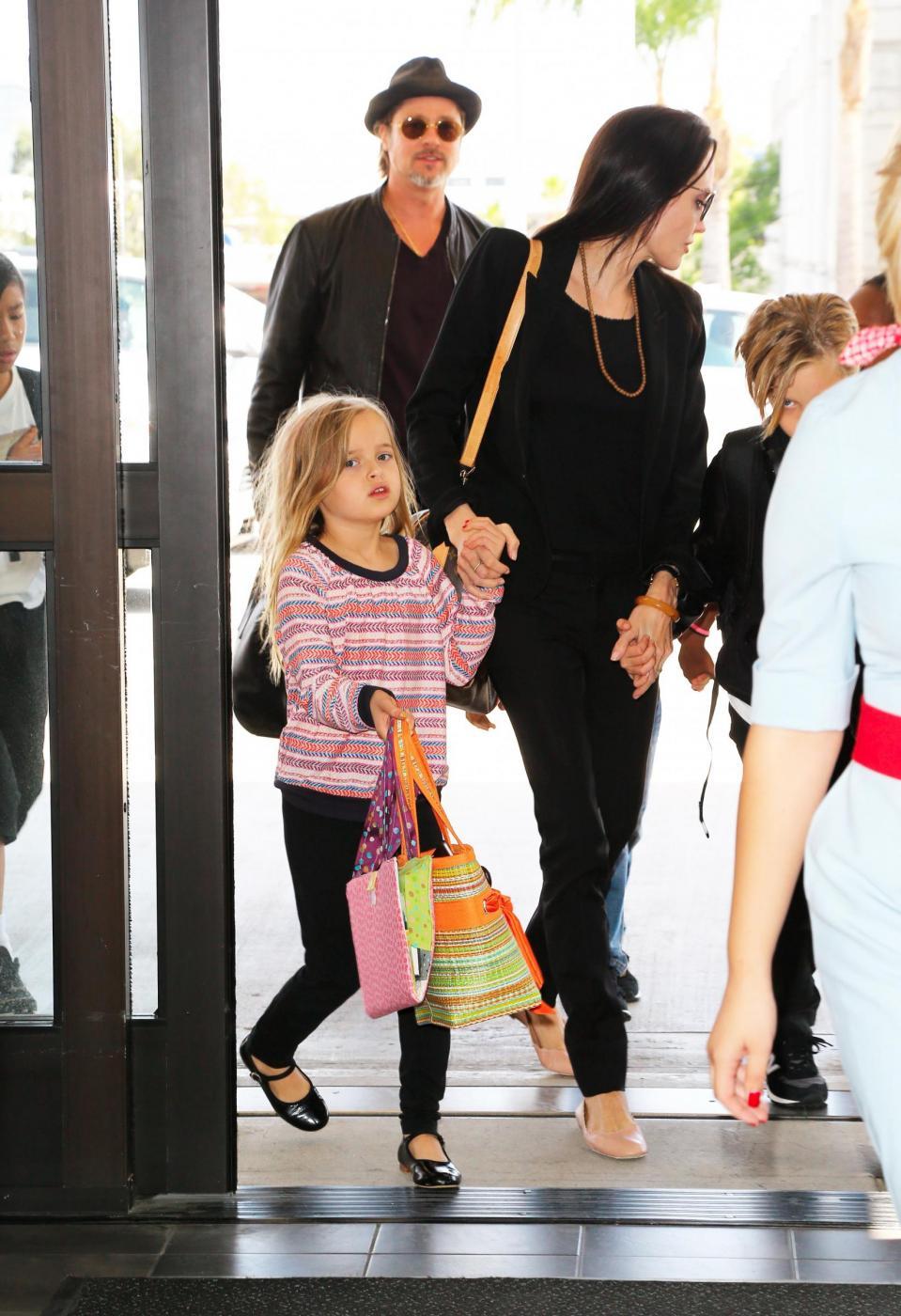 Angelina Jolie e Brad Pitt all'aeroporto con i figli FOTO 21