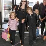 Angelina Jolie e Brad Pitt all'aeroporto con i figli FOTO 23
