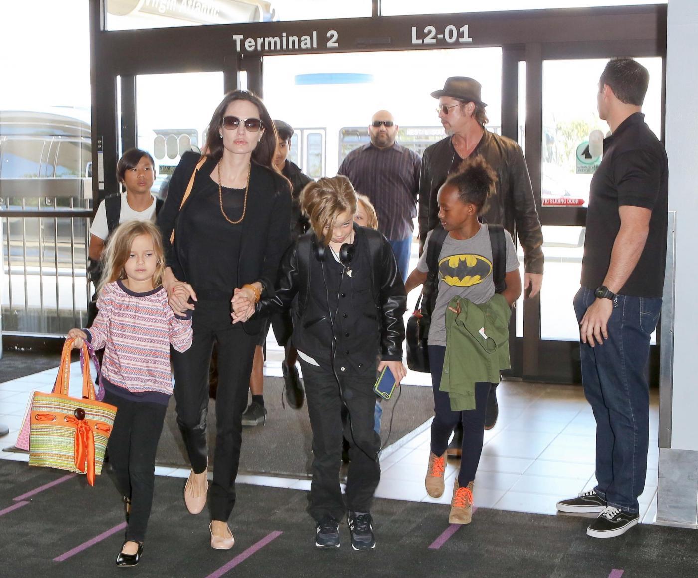 Angelina Jolie e Brad Pitt all'aeroporto con i figli FOTO 26