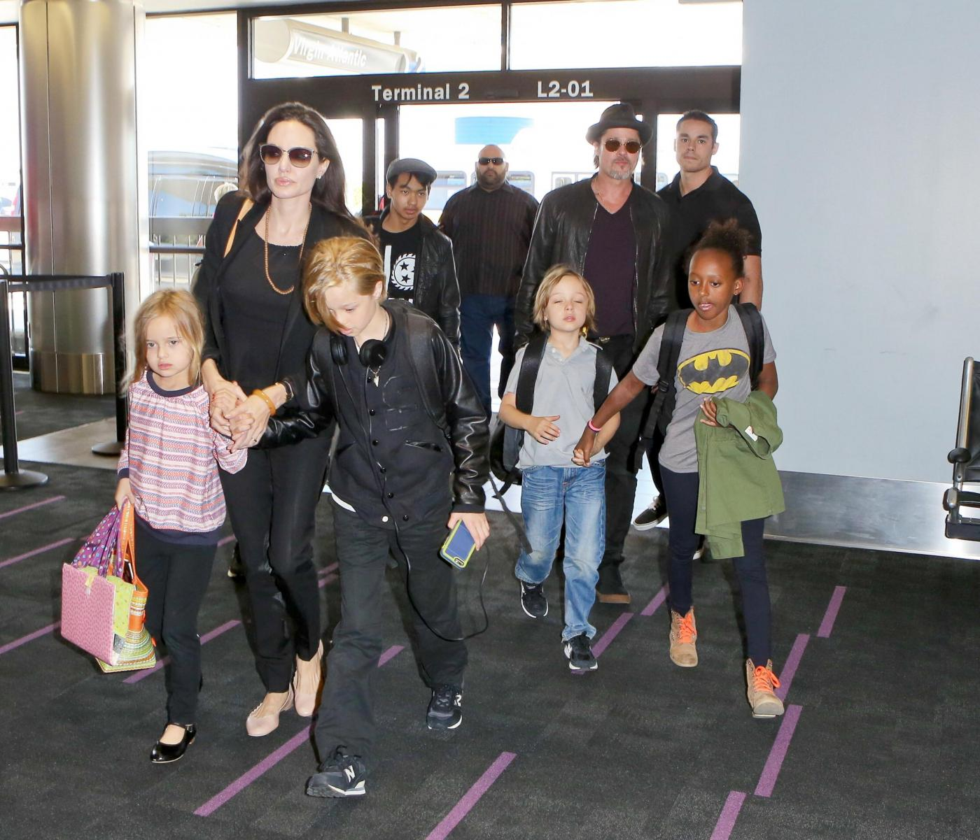 Angelina Jolie e Brad Pitt all'aeroporto con i figli FOTO