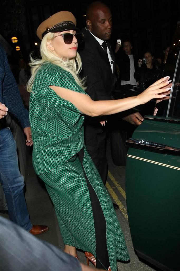 Lady Gaga con un abito verde entra nella sua Rolls Royce a Londra FOTO