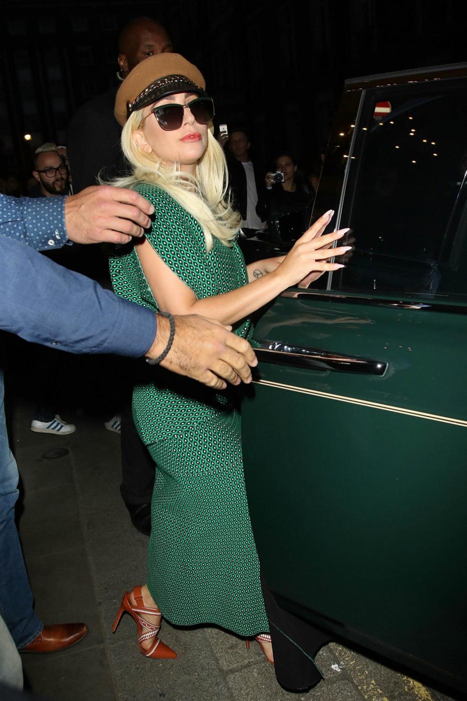 Lady Gaga con un abito verde entra nella sua Rolls Royce a Londra FOTO 1