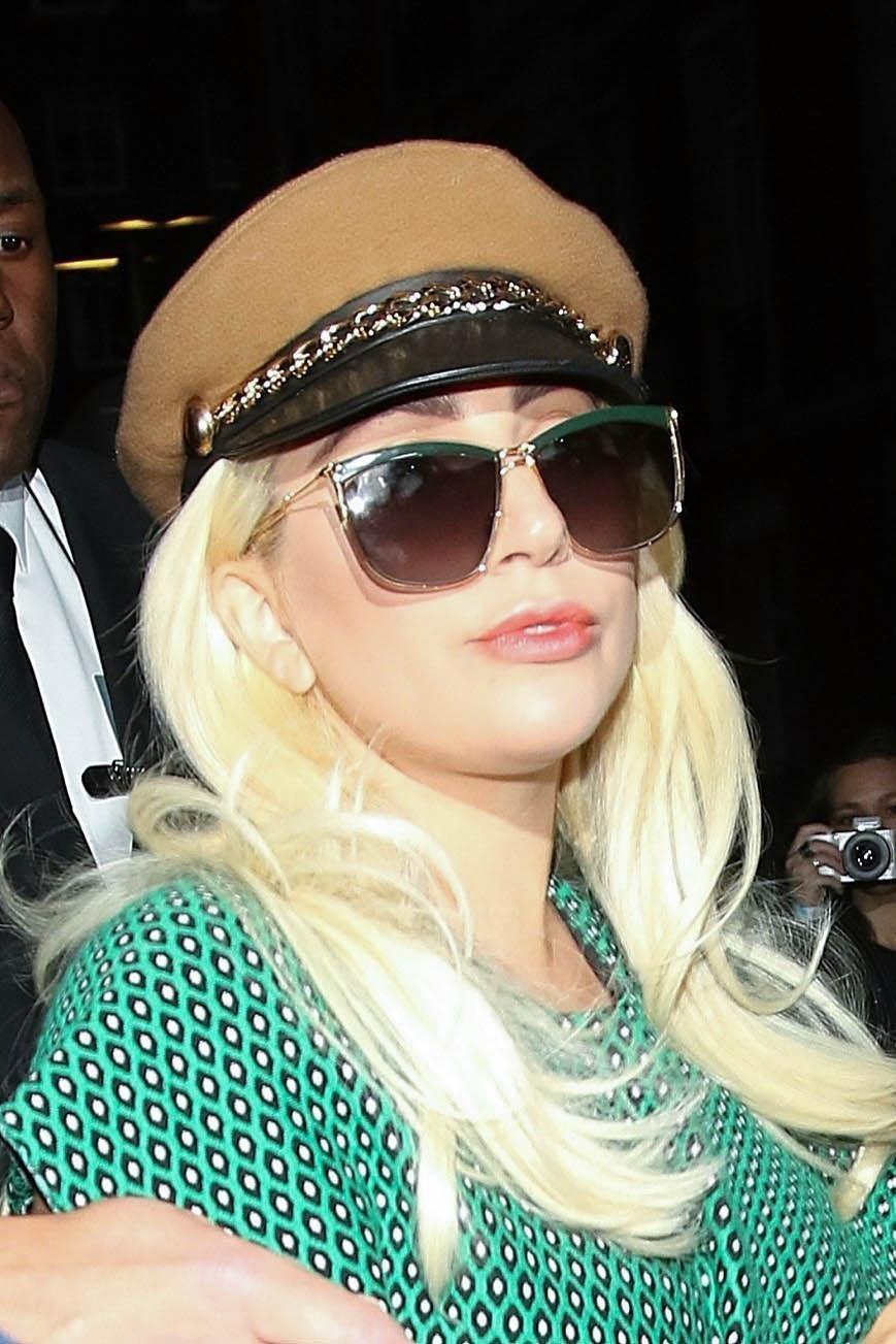 Lady Gaga con un abito verde entra nella sua Rolls Royce a Londra FOTO 3