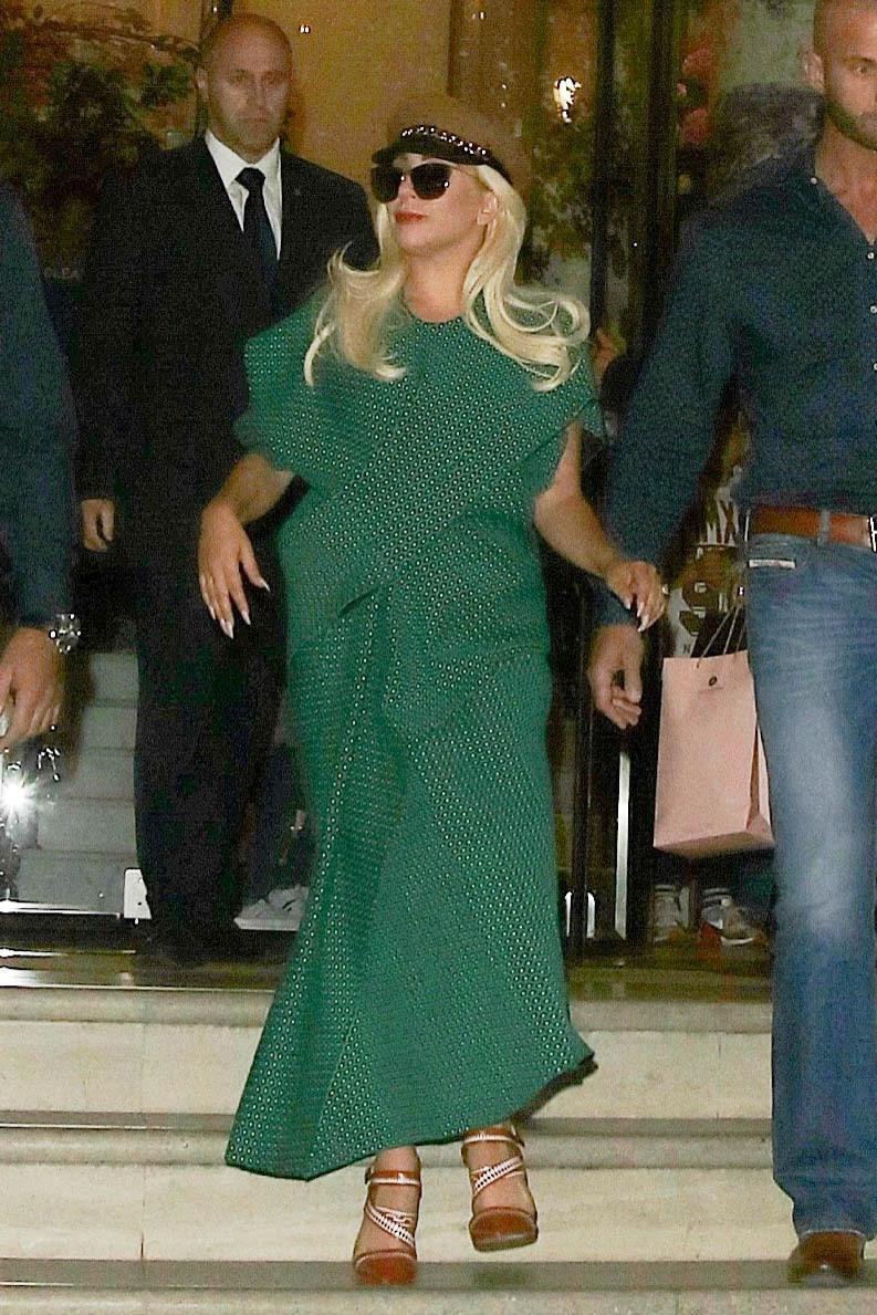 Lady Gaga con un abito verde entra nella sua Rolls Royce a Londra FOTO 4
