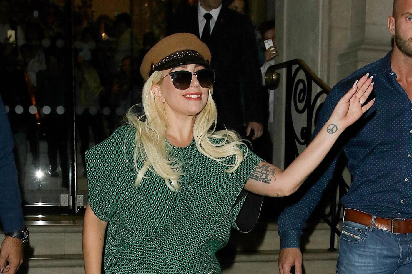 Lady Gaga con un abito verde entra nella sua Rolls Royce a Londra FOTO 9
