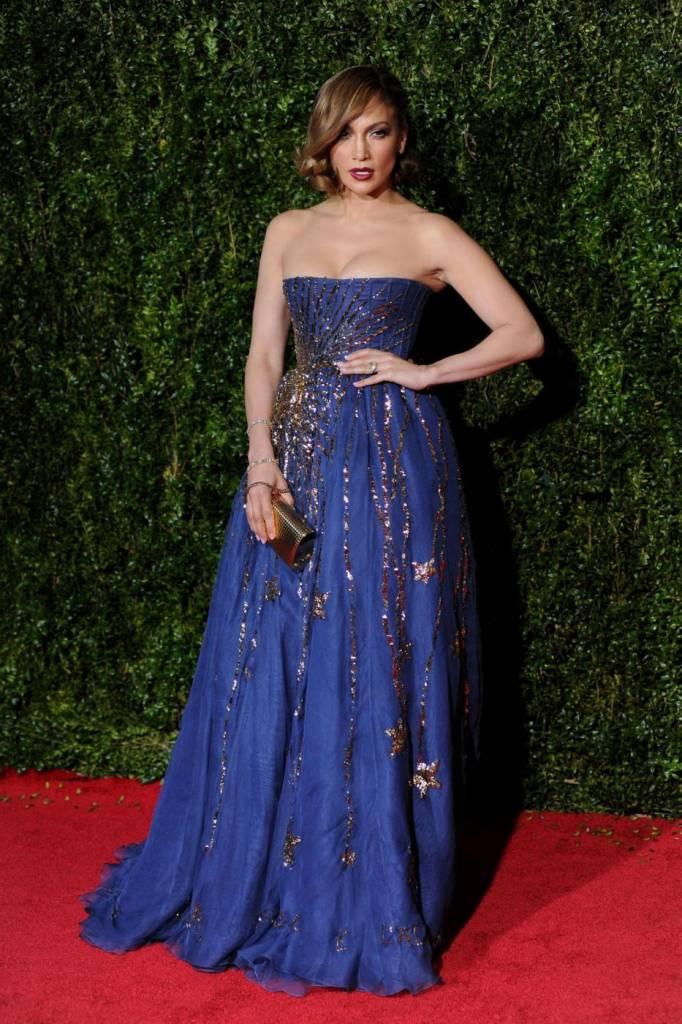 Jennifer Lopez, caschetto corto agli Oscar del teatro a New York FOTO