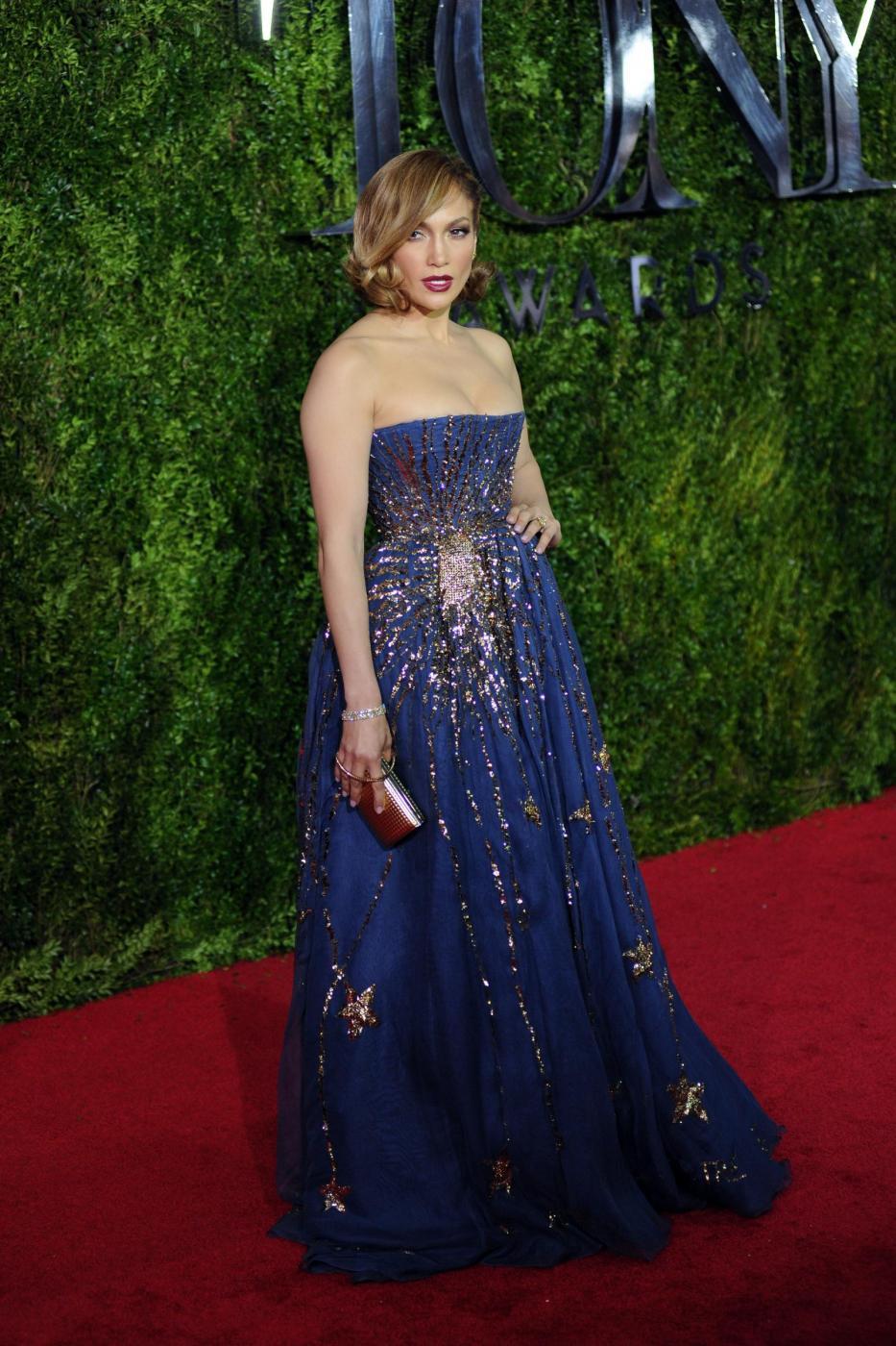 Jennifer Lopez, caschetto corto agli Oscar del teatro a New York FOTO 10