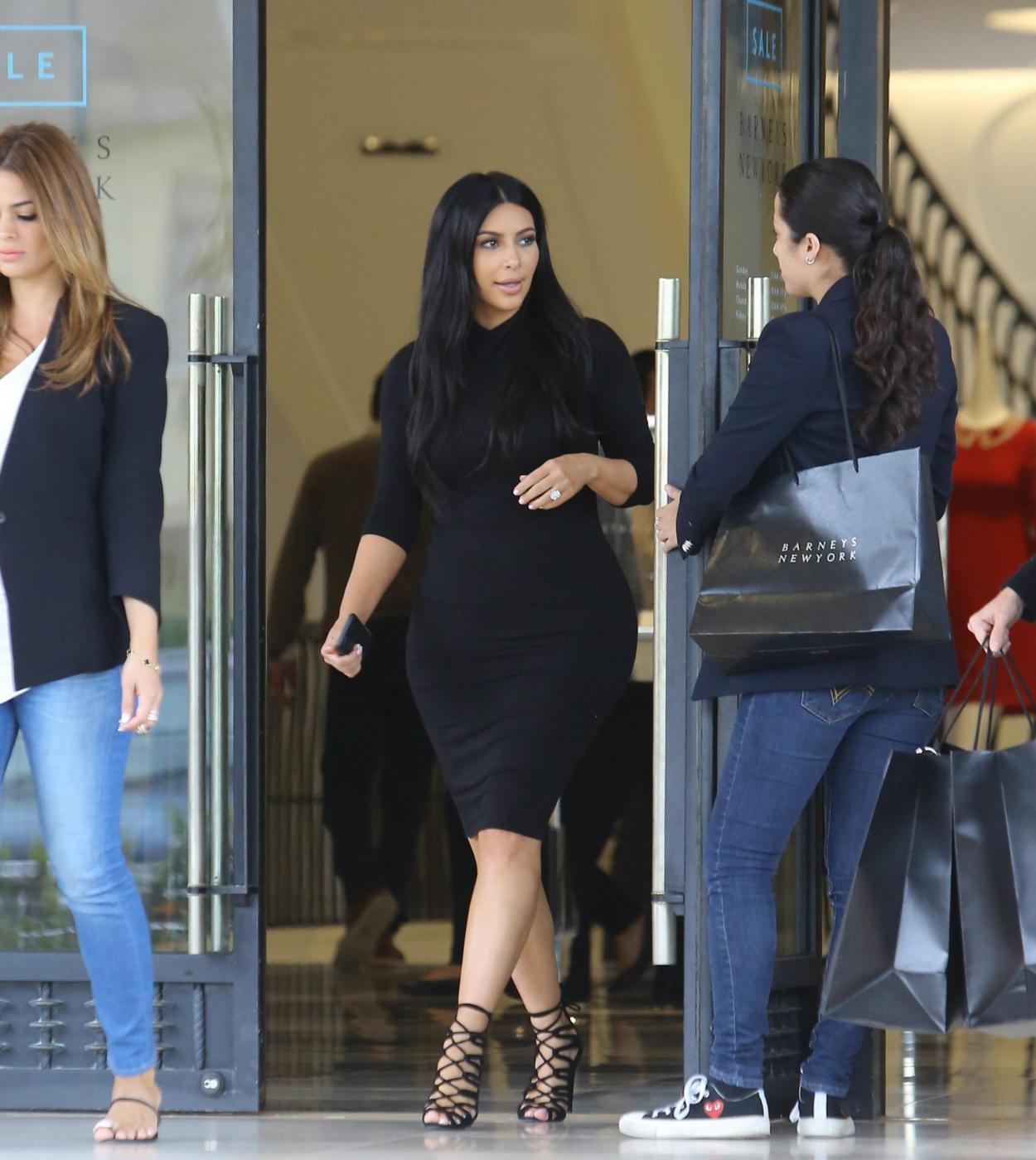 Kim Kardashian, sexy look premaman: abito nero aderente e tacchi FOTO 6