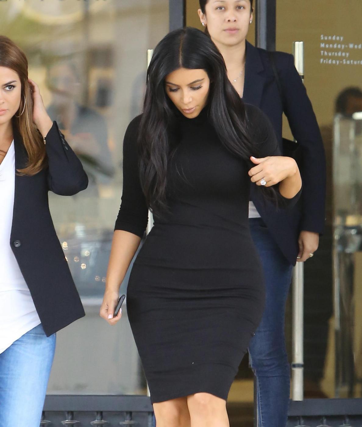 Kim Kardashian, sexy look premaman: abito nero aderente e tacchi FOTO 7