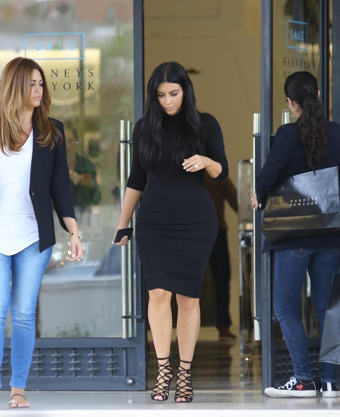Kim Kardashian, sexy look premaman: abito nero aderente e tacchi FOTO 10