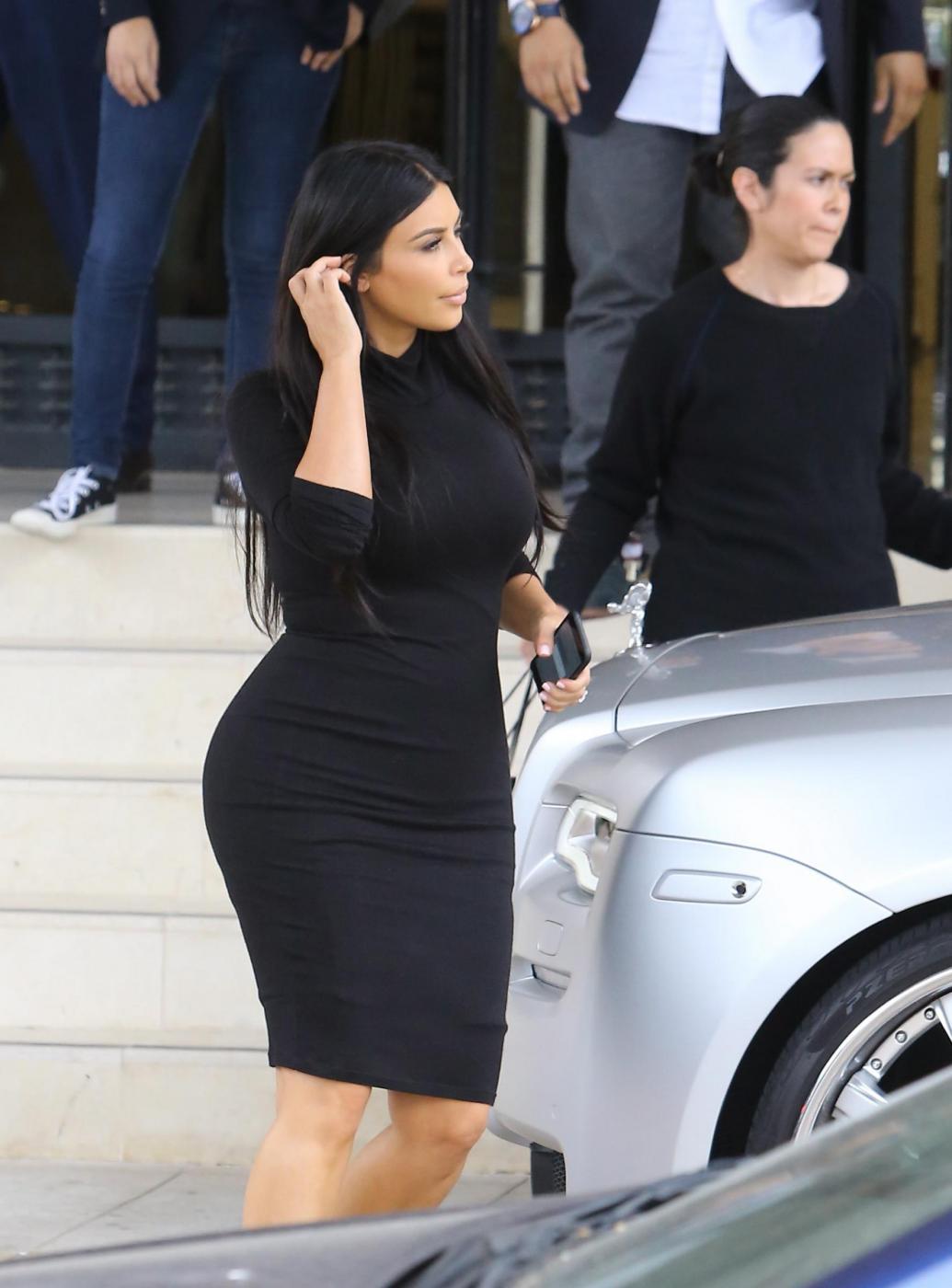 Kim Kardashian, sexy look premaman: abito nero aderente e tacchi FOTO 11