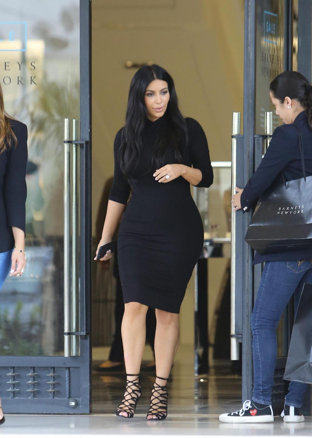 Kim Kardashian, sexy look premaman: abito nero aderente e tacchi FOTO 13