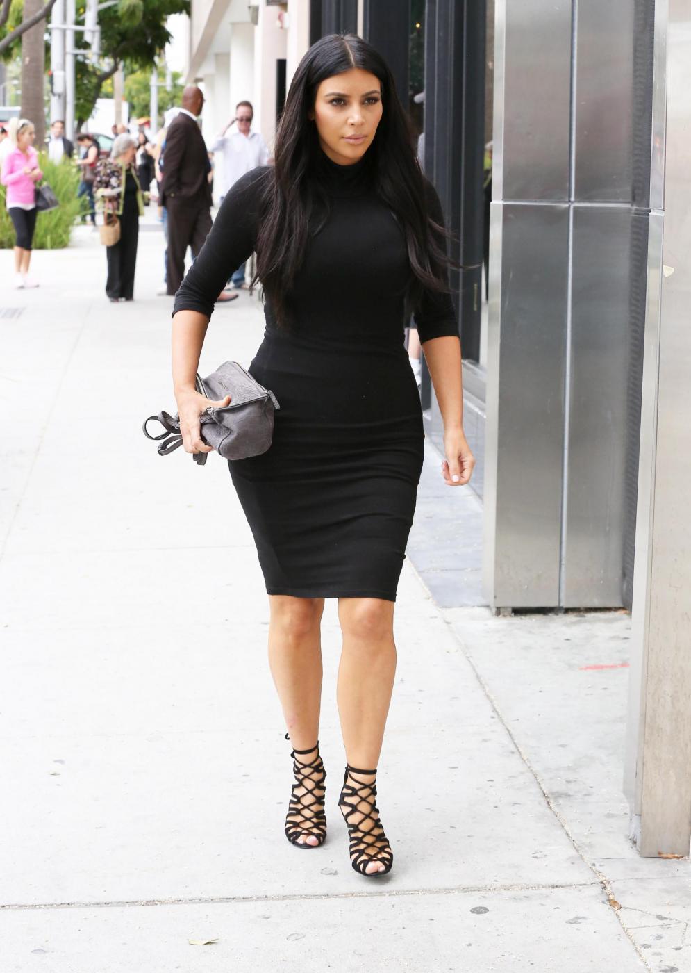 Kim Kardashian, sexy look premaman: abito nero aderente e tacchi FOTO 19