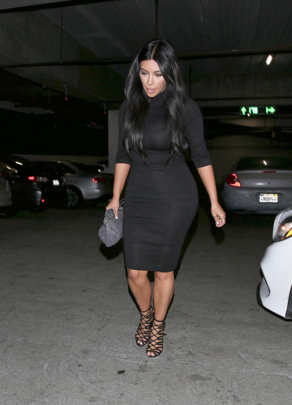 Kim Kardashian, sexy look premaman: abito nero aderente e tacchi FOTO 20