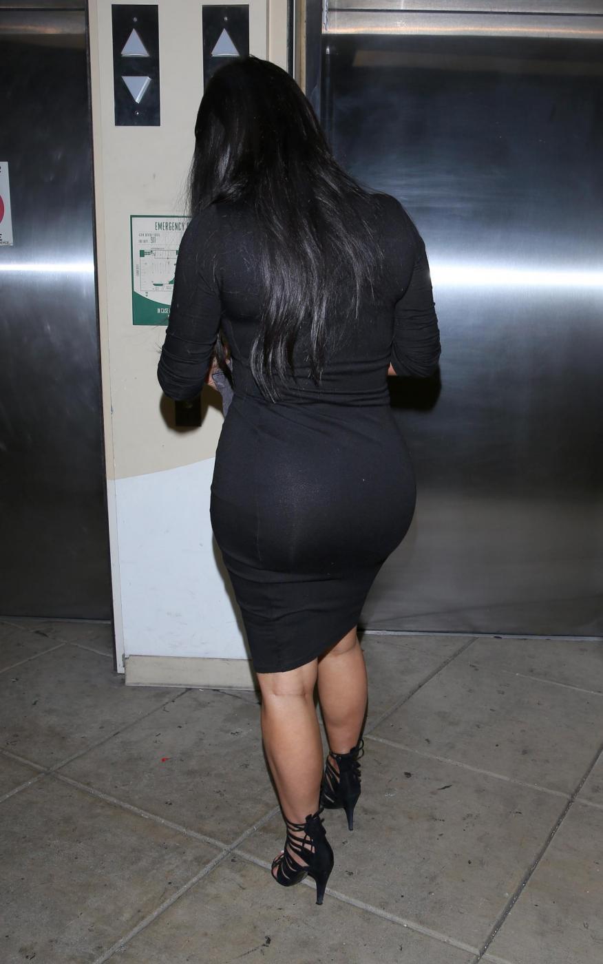Kim Kardashian, sexy look premaman: abito nero aderente e tacchi FOTO 21