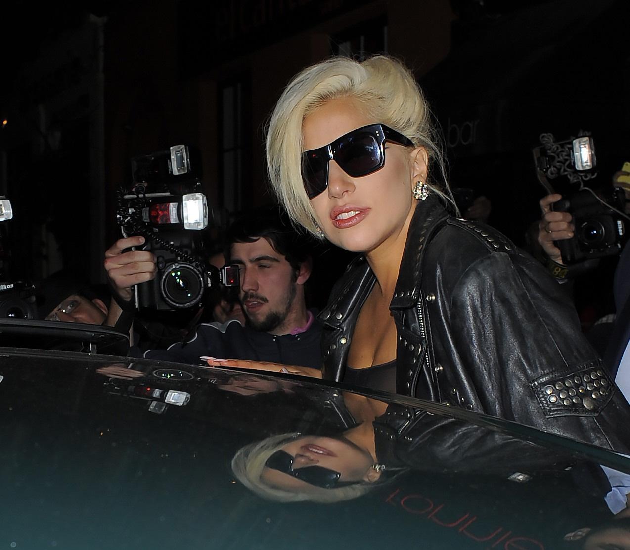 Lady Gaga, calze rotte e body trasparente in giro per Londra FOTO