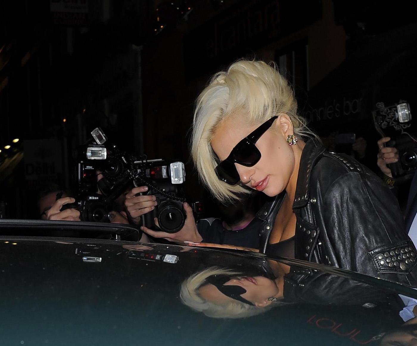 Lady Gaga, calze rotte e body trasparente in giro per Londra FOTO 1