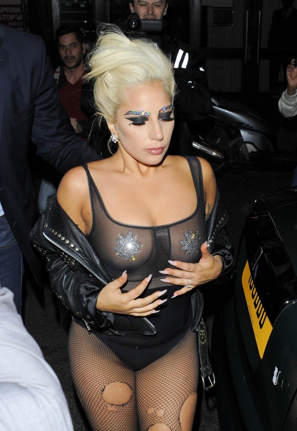 Lady Gaga, calze rotte e body trasparente in giro per Londra FOTO 4
