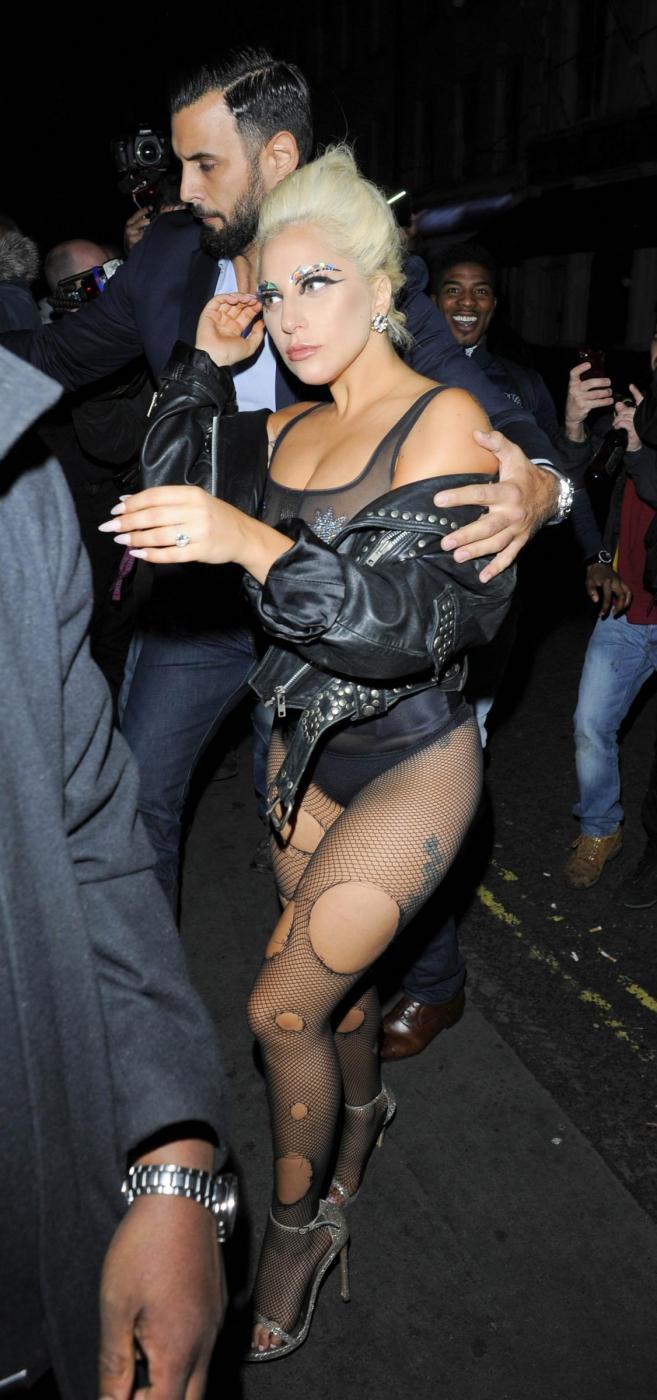 Lady Gaga, calze rotte e body trasparente in giro per Londra FOTO 5