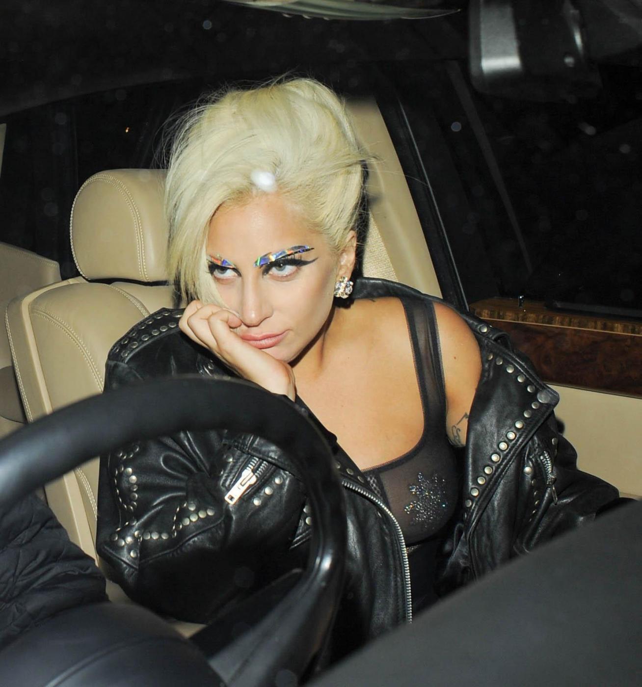 Lady Gaga, calze rotte e body trasparente in giro per Londra FOTO 6