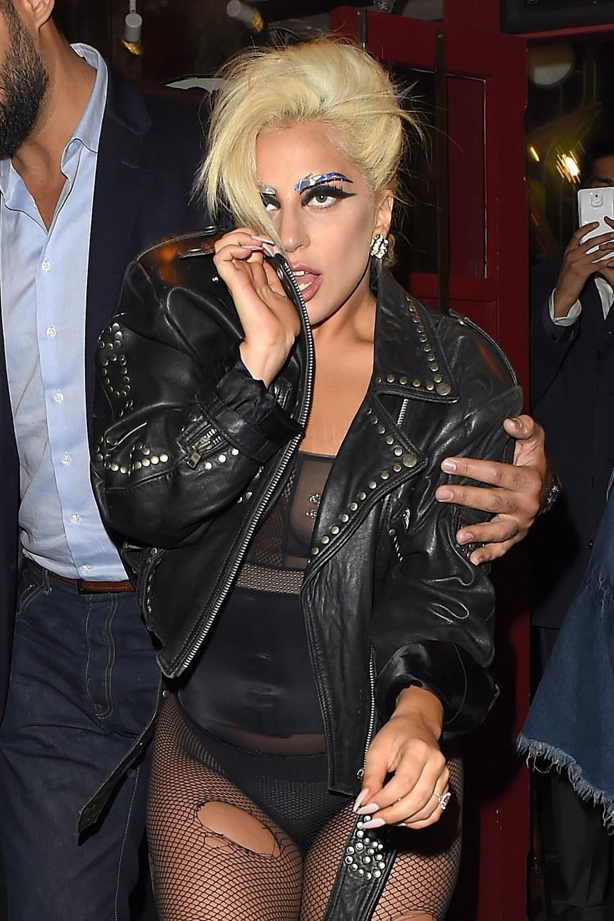 Lady Gaga, calze rotte e body trasparente in giro per Londra FOTO 8