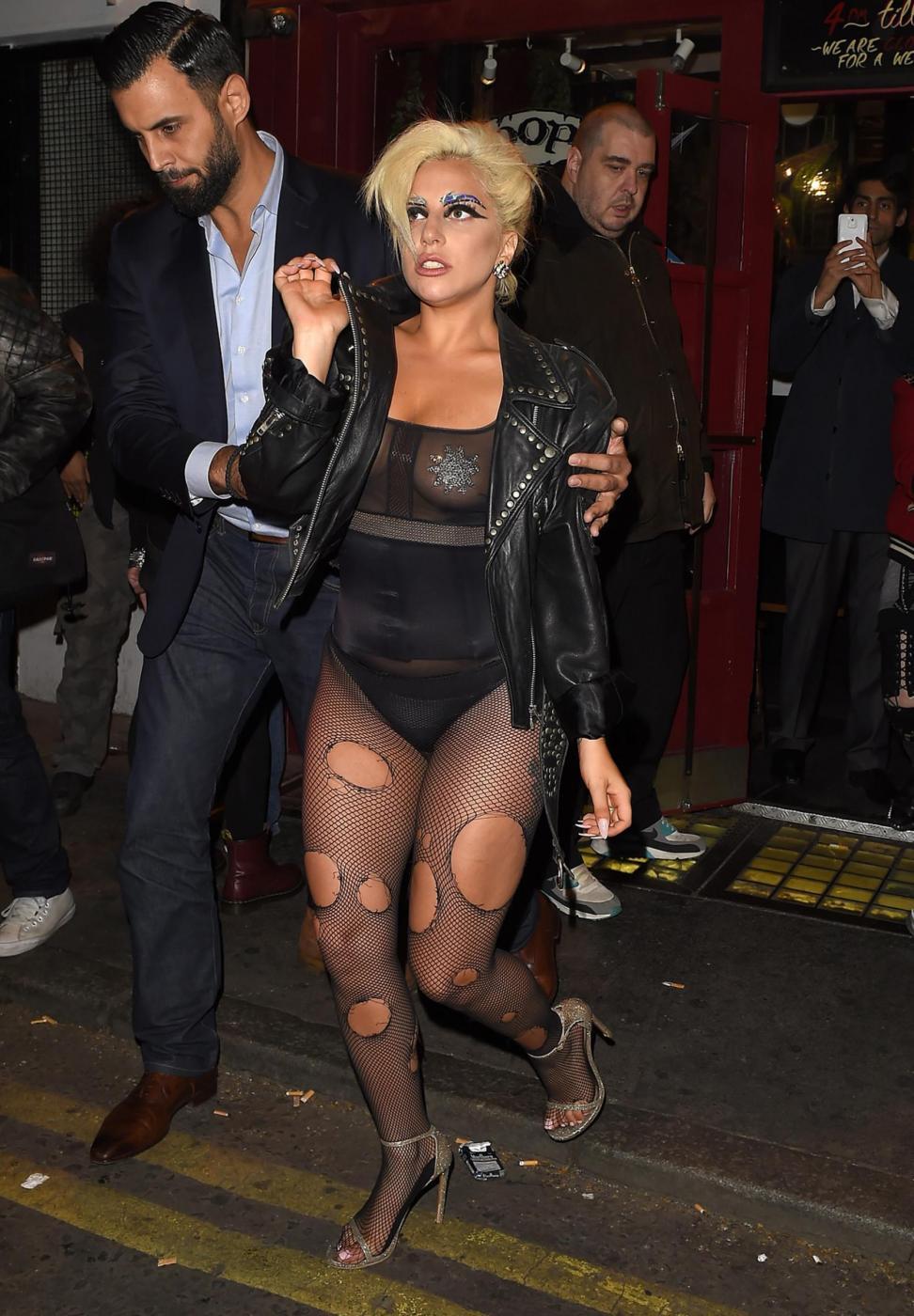 Lady Gaga, calze rotte e body trasparente in giro per Londra FOTO 11