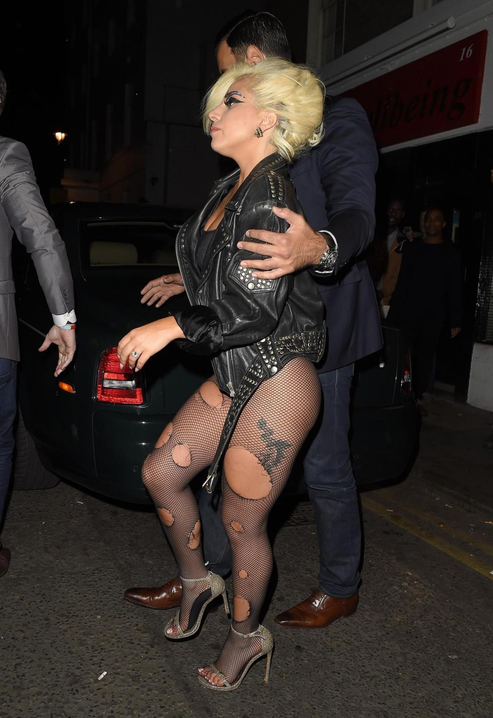 Lady Gaga, calze rotte e body trasparente in giro per Londra FOTO 12