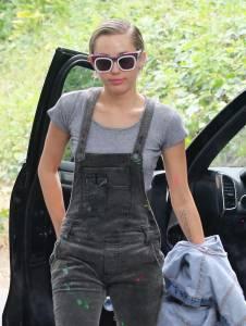 Miley Cyrus salopette e fuoristrada in giro per Los Angeles FOTO