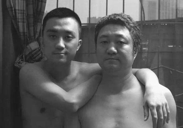 Padre e figlio, stessa FOTO per 30 anni fino a quando...arriva il nipote18rrrr