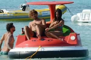Alessio Cerci e la moglie: baci e selfie sul pedalò a Formentera8