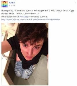"""Arisa, selfie sul wc: fan deridono la cantante: """"Te la potevi risparmiare"""" FOTO"""