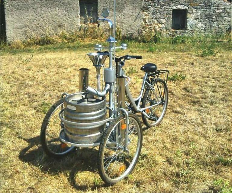 la bicicletta ideata a Napoli che distribuisce birra fredda1