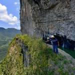 Cina, l'acquedotto costruito sul precipizio della montagna3