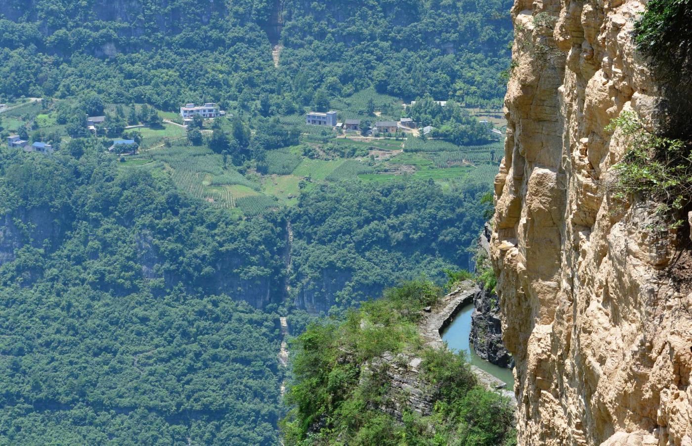 Cina, l'acquedotto costruito sul precipizio della montagna4