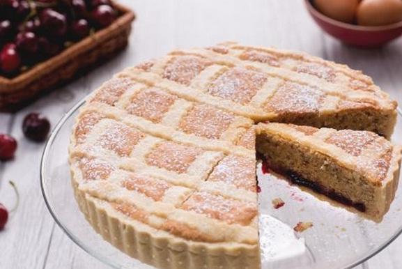 Ricette di dolci: crostata di ciliegie con farro e mandorle