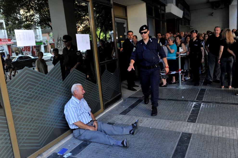 Grecia, pensionato in lacrime davanti alla banca. FOTO simbolo della crisi