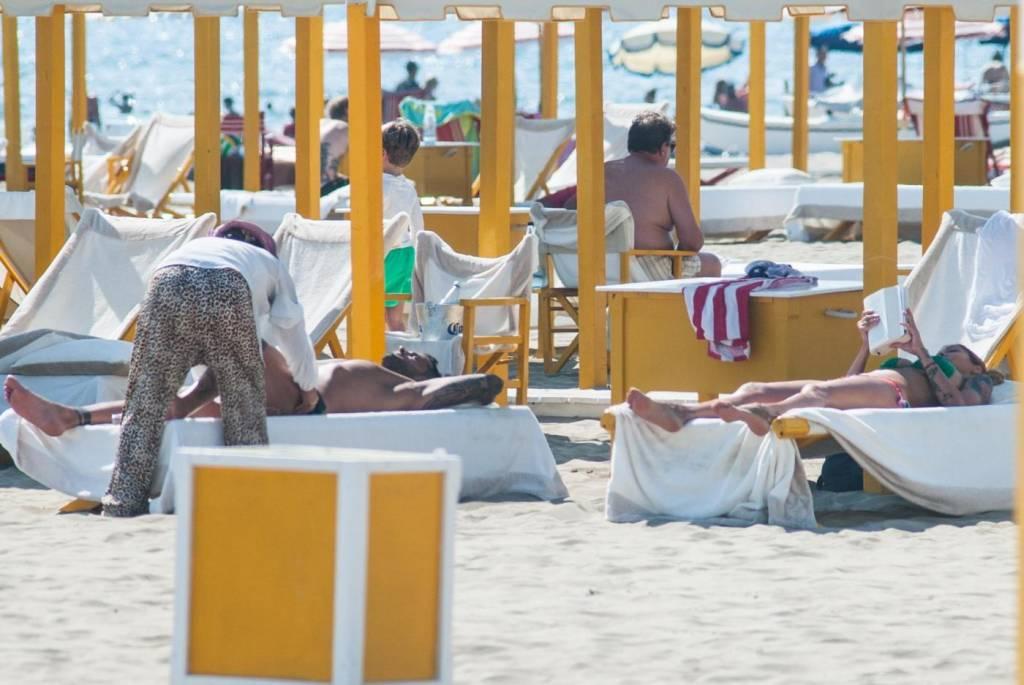 Alessio lo passo l 39 ex tronista in vacanza con roberta bonfanti foto la tempesta passata - Giochi di baci in bagno ...