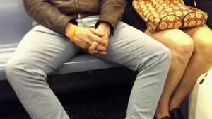 Manspreading: moda maschile di allargare le gambe in metro, ecco perchè si fa