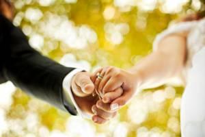 Sposa non arriva alle nozze, lui se ne va. Il futuro marito? No, il prete...