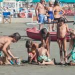 Federica Panicucci gioca in spiaggia con figli: c'è anche il marito Mario Fargetta14
