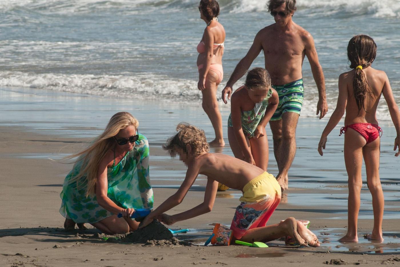 Federica Panicucci gioca in spiaggia con figli: c'è anche il marito Mario Fargetta3