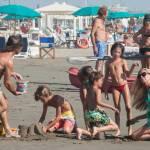 Federica Panicucci gioca in spiaggia con figli: c'è anche il marito Mario Fargetta12