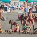 Federica Panicucci gioca in spiaggia con figli: c'è anche il marito Mario Fargetta11