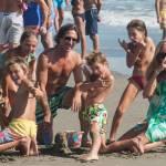 Federica Panicucci gioca in spiaggia con figli: c'è anche il marito Mario Fargetta10
