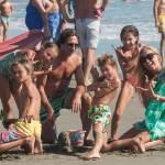 Federica Panicucci gioca in spiaggia con figli: c'è anche il marito Mario Fargetta8