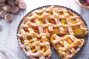 Ricette di dolci: crostata con pesche e amaretti